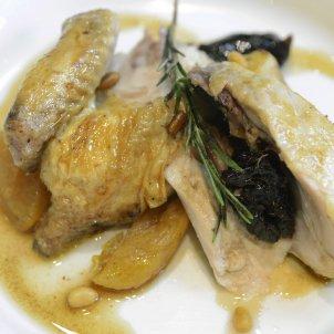 pollastró amb orellanes i prunes - Roberto Lázaro