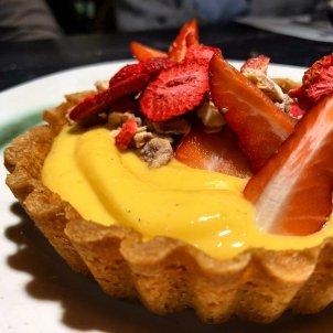Tartaleta de cream con texturas de fresa