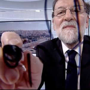 rajoy signa a camera TVE