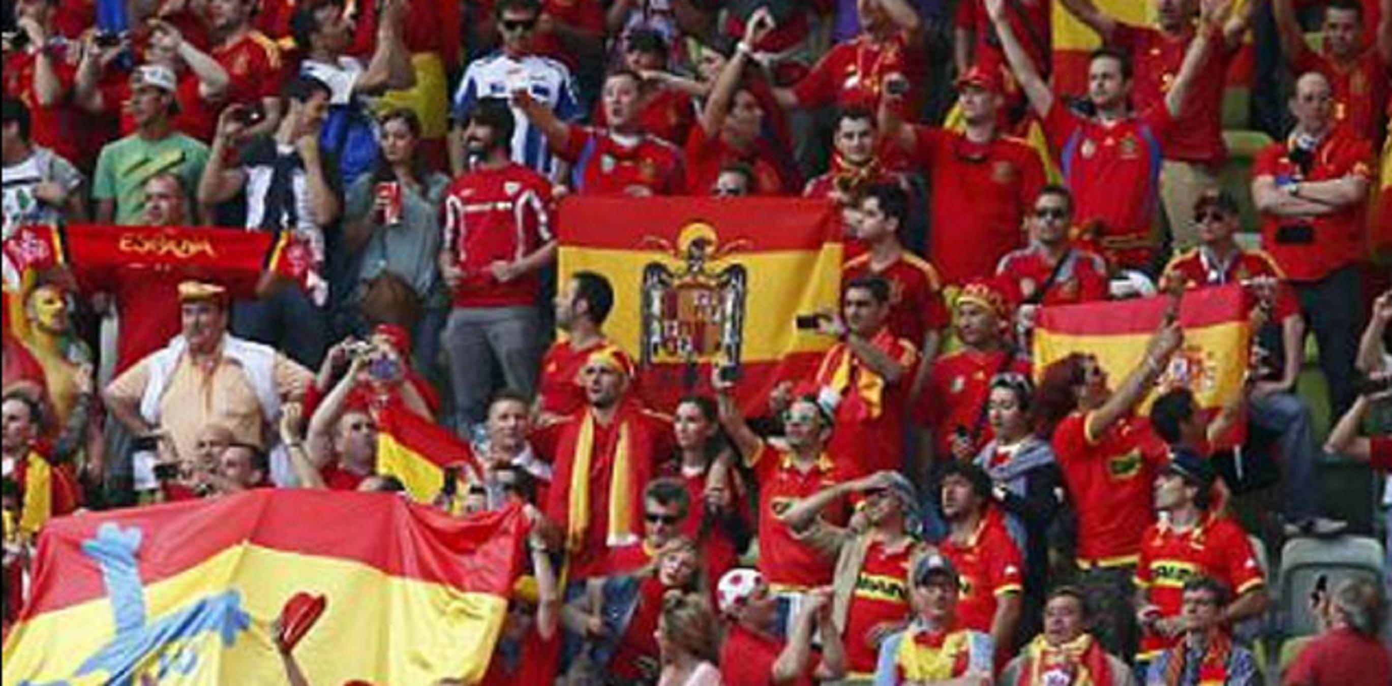 Resultado de imagen de Seguidors de la selecció canten el 'Cara al sol' pels carrers de Barcelona