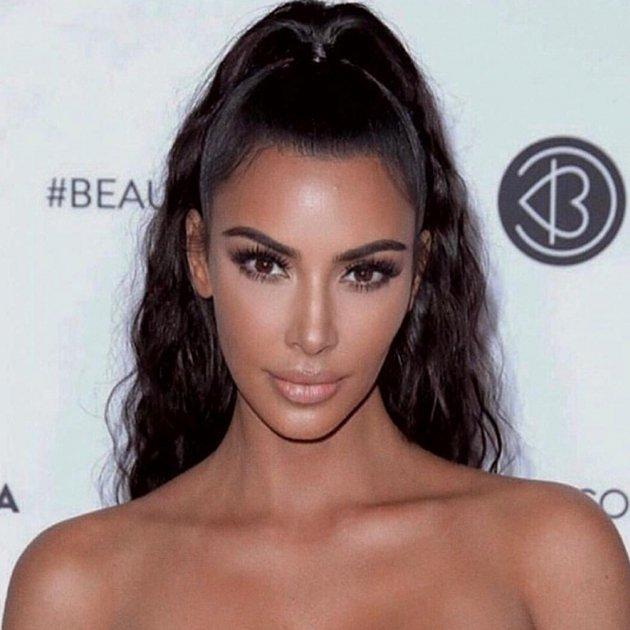 Kim Kardashian sorprende con un sorprendente e inexplicable collar