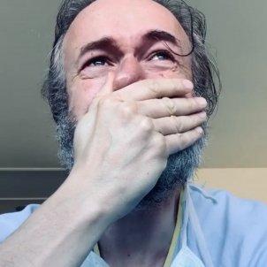 Tristán Ulloa plorant
