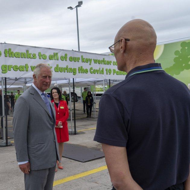 Un hombre se desmayó mientras hablaba con el príncipe Carlos