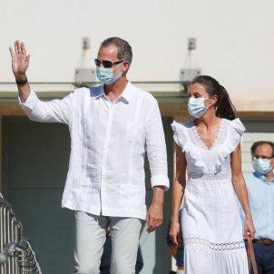 Felip Leticia mascareta saluden GTRES