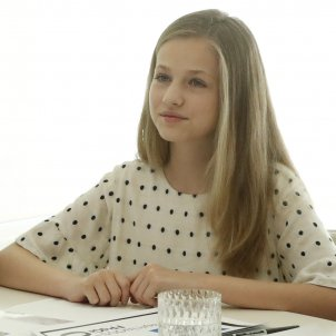 elionor mira a taula gtres