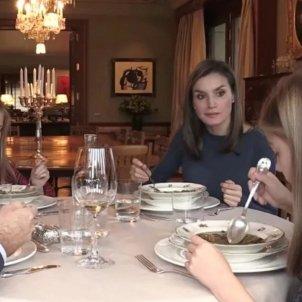 familia reial sopant sopa