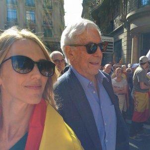 Mario Vargas Llosa amb Cayetana Álvarez de Toledo mani espanyolista Barcelona EP
