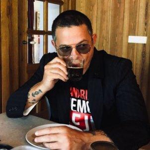 Alejandro Sanz con bebida indeterminada @alejandrosanz