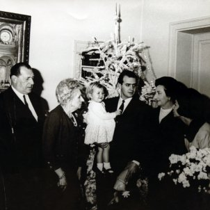 Juan de Borbón, Juan Carlos y Sofía en el nacimiento de la Infanta Elena GTRES