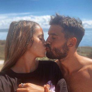 gloria camila y novio beso