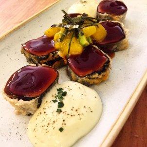 Tataki de atu rojo en tempura con ensaladilla de m…o y aguacate