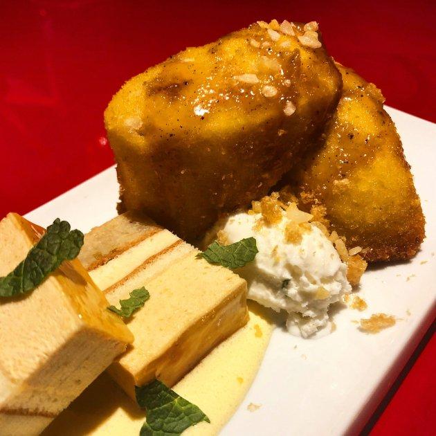 Pan chino frito con caramelo. Helado de coco. Pastel de platano sobre crema de maracuya