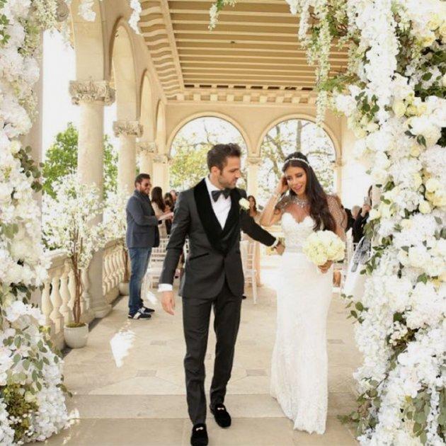 daniella semaan brilla con un escotado vestido en la romántica boda