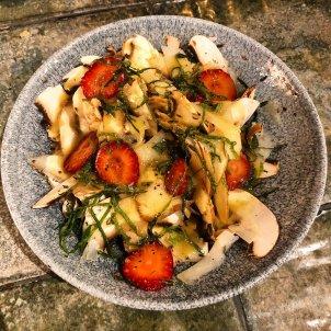 Amanida de xampinyons, wasabi i maduixots