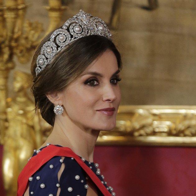 La Reina Letizia se apunta a la moda del estampado de pañuelo