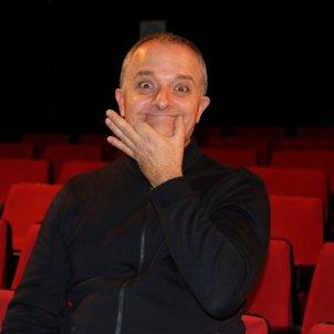Toni Albà en un pla mitjà al Teatre del Raval. Mar Vila ACN