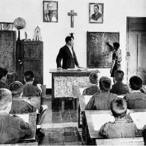 El regim franquista incauta totes les escoles de la Generalitat i depura tots els docents catalans. Aula de l'escola franquista. Font Xtec