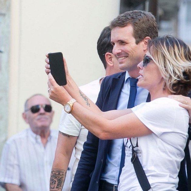 casado selfie fan