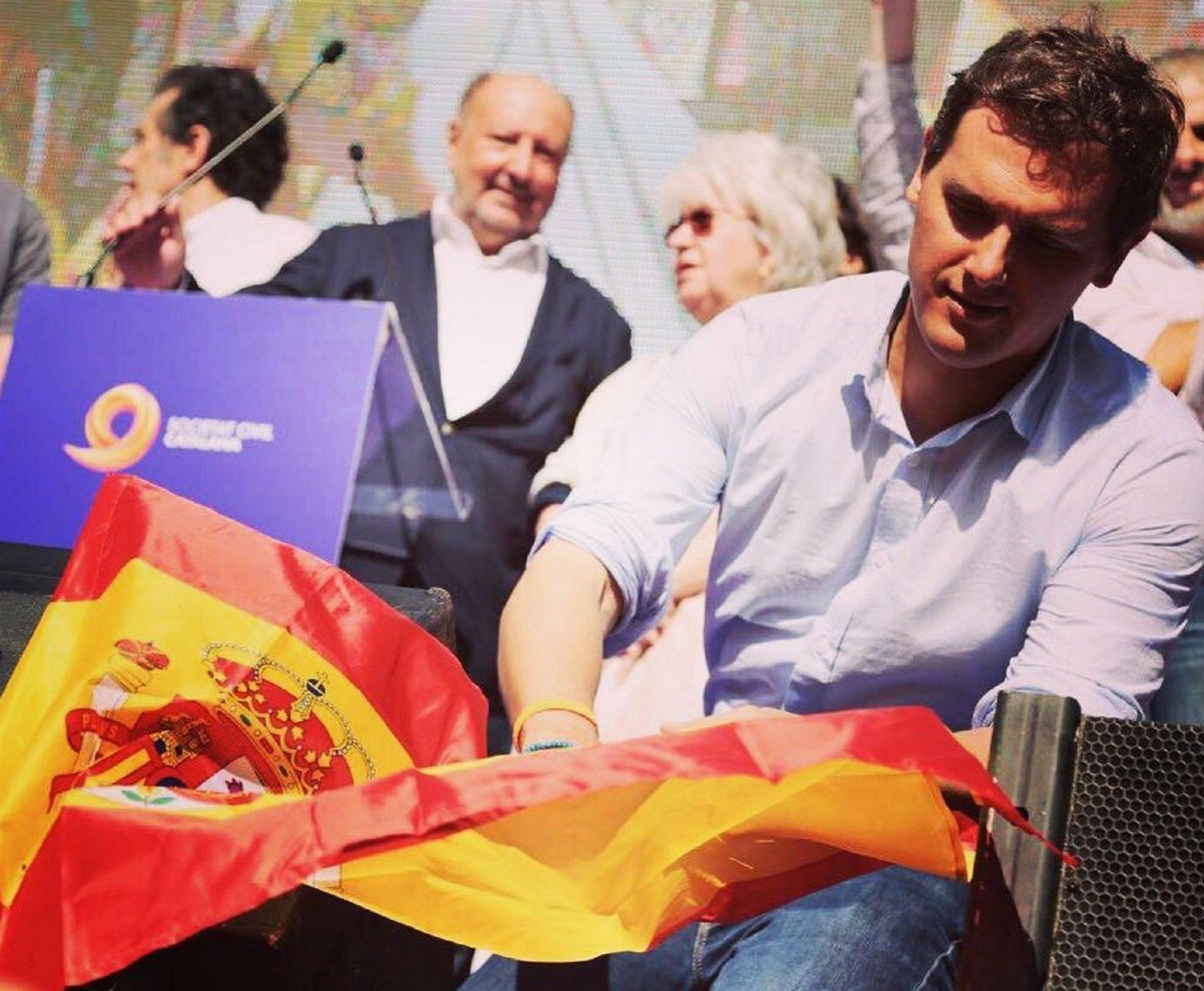 Le 'recetan' Con Rivera Obsesión La Bandera Española Calmantes A Su Por E29IWHYD