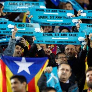 pancartes Sit and Talk Tsunami Democràtic Clàssic Camp Nou EFE