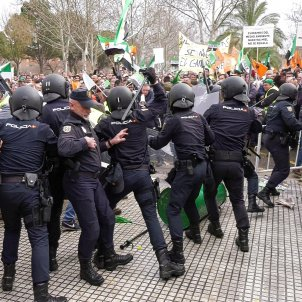 Policia contra agricultors Don Benito EFE