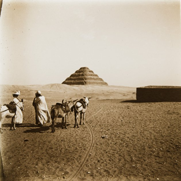 04.+Egipte.+Sakkara.+Piràmide+esglaonada+del+faraó+Djoser%2C++1908.+AFB.+O.+Junyent (1)
