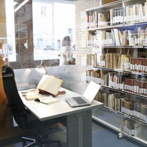 Alguns dels llibres de la biblioteca personal de Joan Ferraté ja exposats a la bilioteca del Barri Vell de la UdG aquest 12 de gener del 2018. ACN