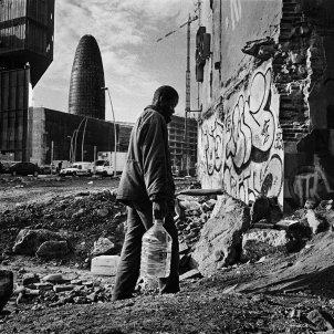 MINGO VENERO. Inmigrante subsahariano viviendo en fábrica abandonada. Barcelona 2007