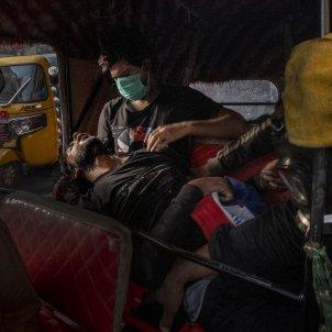 Manifestant inconscient durant la revolució de Tishreen World Press Photo Ricardo Garcia Vilanova