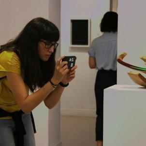 Una noia fotografia una escultura a la Galeria Àmbit, en el marc de la Barcelona Gallery Weekend. Divendres 11 d'octubre de 2019/ACN