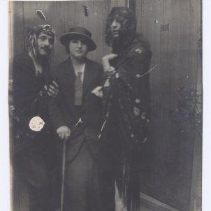 Fotografia d'Ismael Smith i Marià Andreu amb mantilla. Autor desconegut, Museu d'Art de Cerdanyola