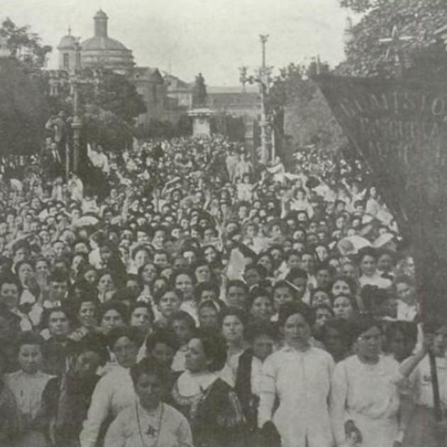 Manifestació dones a Barcelona. El vel de la deesa. Glòria Sabaté