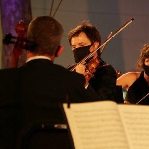 Pla tancat dels músics que han actuat en el concert d'homenatge a Pau Casals a la plaça Nova del Vendrell/ACN