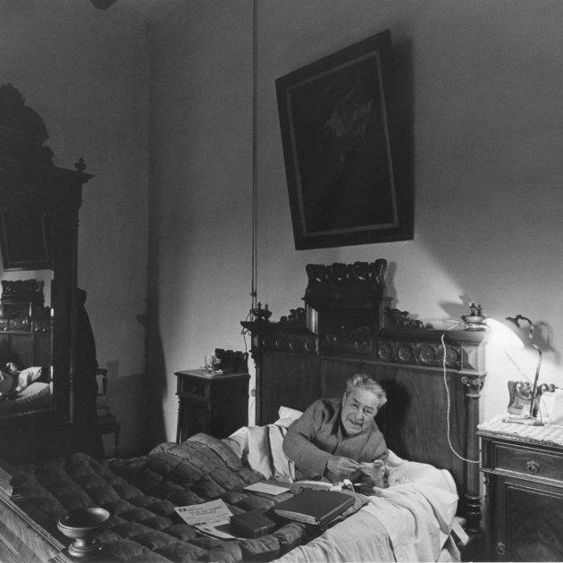 Foto de portada: Josep Pla al llit de l'habitació de la seva mare, on morí l'abril de 1981. Mas Pla, Llofriu, 1980/Toni Vidal
