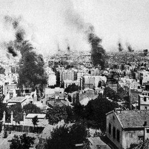 Esclata la Setmana Tràgica. Imatge de Barcelona amb diversos focus d'incendis. Font Wikiwand