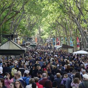Molta gent a Barcelona Sant Jordi 2017   Laura Gómez