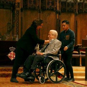 Ada Colau posa la Medalla d'Or de Barcelona a Oriol Bohigas. Mar Vila