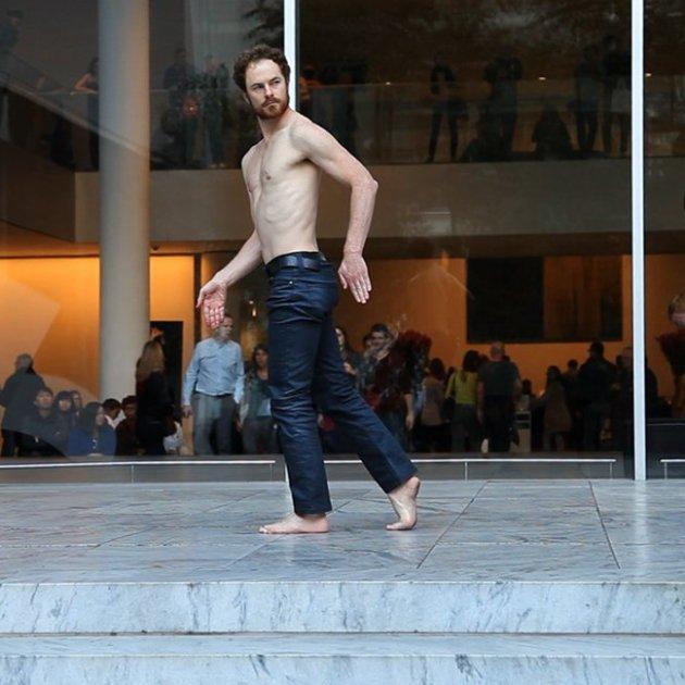 Boris Charmatz al davant del MoMa de Nova York interpretant '20 danseurs pour le XXe siècle' 2013 / © César Vayssié