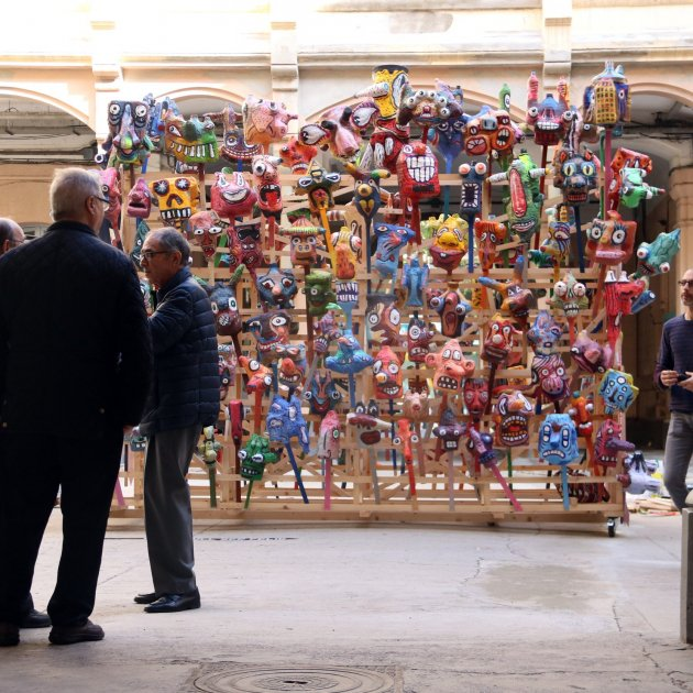 Escultura participativa 'Milcaps', de Marcel·lí Antúnez, a l'entrada de la presó Model.