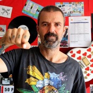 Pau Donés, mostra un dels seus tatuatges amb el missatge 'Amor'. Mar Vila/ACN
