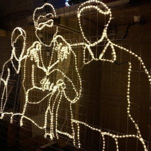 Siluetes de persones amb llums de nadal. 2017 Fundació Tot Raval