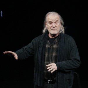 Lluís Homar interpretant una escena de l'obra 'La neta del senyor Linh' al teatre El Canal de Salt. Aleix Freixas ACN