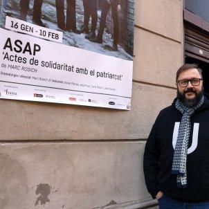 Marc Rosich fotografiat davant la Sala Atrium on estrena 'ASAP'. Pau Cortina ACN