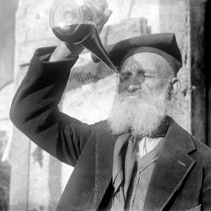 Un home beben a porró. Fotografia del fons del MVR