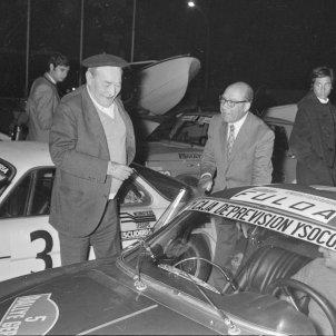 Pla general de l'arribada del VI Ral·li Costa Brava al Club Nàutic Costa Brava. Al centre, l'escriptor Josep Pla. Palamós. 24 d'octubre de 1971