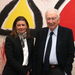 Pla mitjà d'Antoni Vila Casas i la presidenta de l Fundació Joan Miró, Sara Puig/ACN