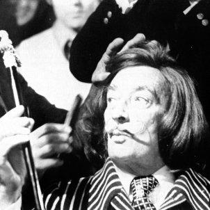 Lluís Llongueras talla els cabells al seu amic i client, Salvador Dalí. Arxiu Llongueras.