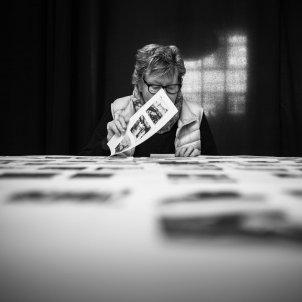 Imma Cortés. Joana Biarnés repassa el material d'edició del llibre Disparant amb el cor. Terrassa, Febrer 2017.