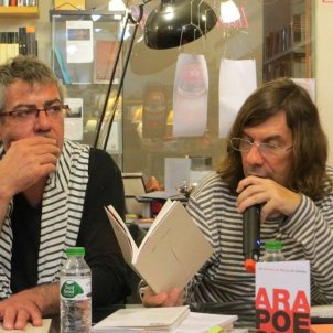 Víctor Sunyol, en una lectura de textos a la llibreria Context de Girona. Imatge: Facebook Víctor Sunyol.