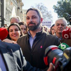 EuropaPress 2633525 El presidente de VOX Santiago Abascal (centro) y la portavoz de VOX en la Asamblea de Madrid Rocío Monasterio (izq) asisten a la manifestación de agricultores y ganaderos convocada por la